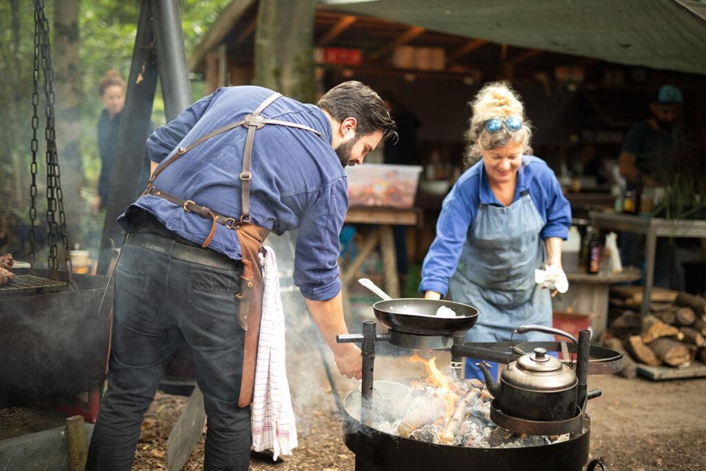 Buiten koken op een festival